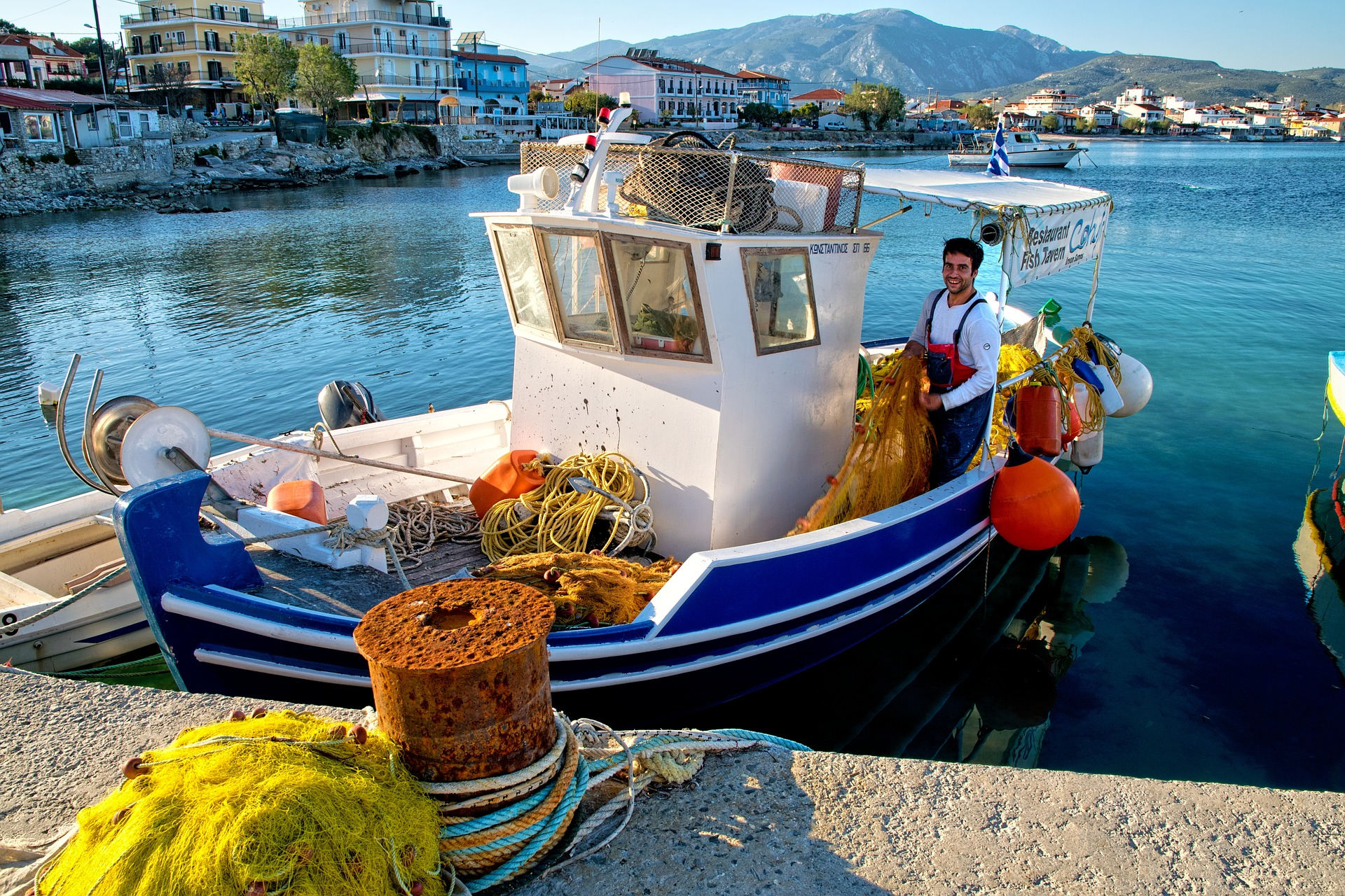 fishing-boat-3399551_1920.jpg